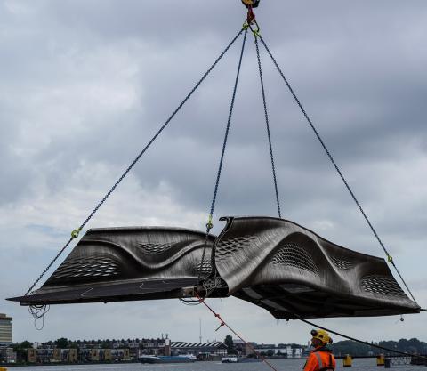 Transporte de la estructura del puente impreso en 3D de Ámsterdam.