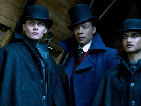 Freddy Carter como Kaz Brekker, Kit Young como Jesper Fahey y Amita Suman como Inej Ghafa en 'Shadow and Bone'.
