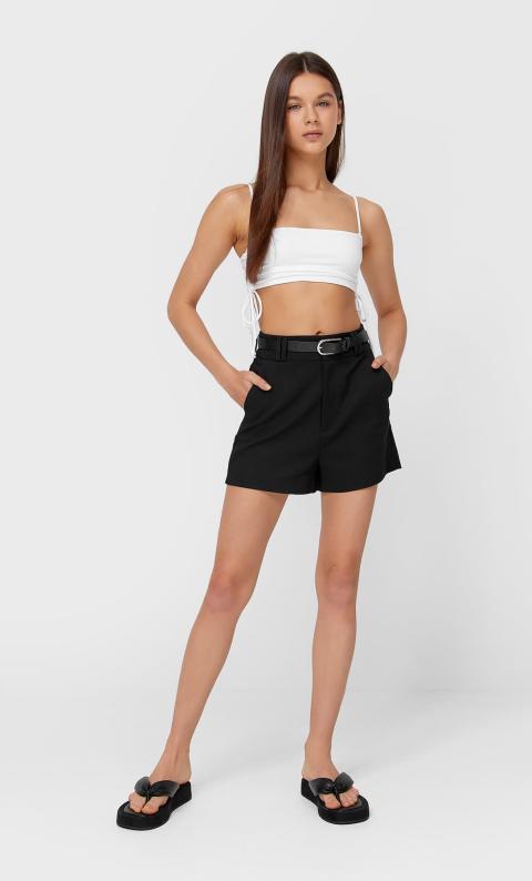 Short básico negro con cinturón y talle alto.