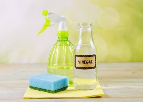El vinagre se convertirá en tu gran aliado para fabricar este limpiador casero multiusos.
