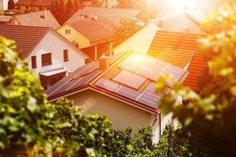 Un tejado con paneles solares.