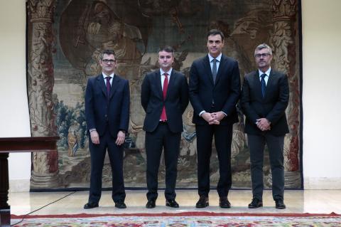 Pedro Sánchez en 2018 con el secretario general de la Presidencia del Gobierno, Félix Bolaños; el director del Gabinete de la Presidencia del Gobierno, Iván Redondo y el secretario de Estado de Comunicación, MIguel Ángel Oliver.