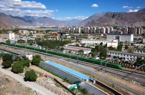 El primer tren bala Fuxing sale de la estación de tren de Lhasa.