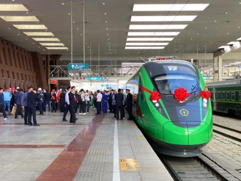 El primer tren bala Fuxing se prepara para salir de la estación de tren de Lhasa.