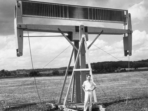 Esta antena es una de las innovaciones más recientes de Bell Telephone Laboratories, mostrada en abril de 1946.