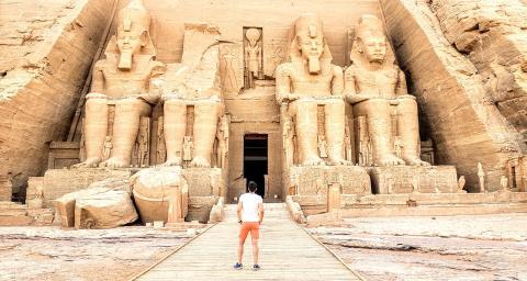 El espectacular templo de Abu Simbel, construido por Ramses II, sin un solo turista salvo el autor de este artículo.