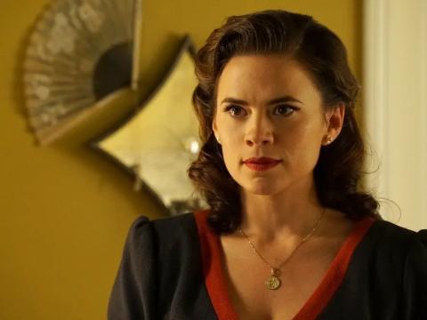 Hayley Atwell como la Agente Peggy Carter.