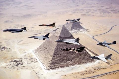 Aviones egipcios y estadounidenses durante un ejercicio conjunto sobre las pirámides de Giza, 1983.