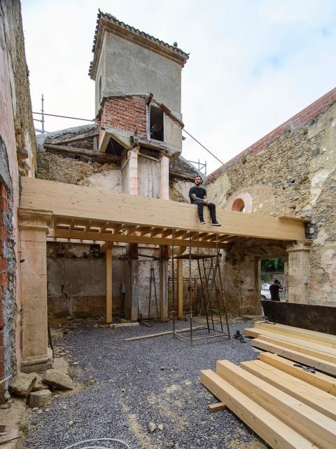 El techo de la iglesia se había derrumbado por dentro cuando Careaga y Garmendia acordaron emprender el proyecto.