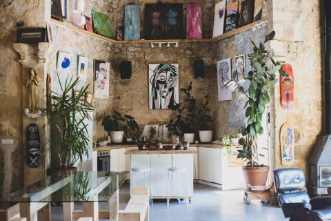 Se colgaron tablas de skate y obras de arte por toda la casa para emular el estilo de Careaga.