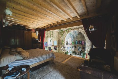 """El anuncio de la casa dice que el dormitorio principal, que se encuentra en el desván, """"cuelga como una casa en un árbol""""."""