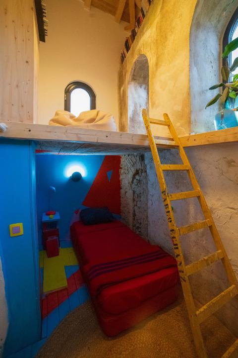 El espacio adicional en el campanario se convirtió en un dormitorio de invitados.