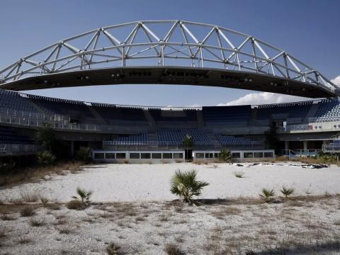 El centro de voleibol de playa donde las malas hierbas crecen en la arena.