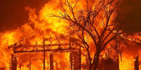 Una casa en llamas en Cherry Glen Road durante un incendio en las afueras de Vacaville, California (Estados Unidos) el 19 de agosto de 2020.