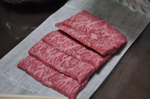 Cortes fileteados de carne Wagyu.