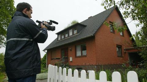 Un cámara toma imágenes de la casa de Sven Jaschan, el creador del gusano Sasser.