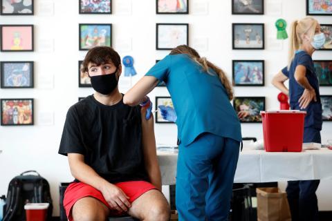 Un chico recibe una dosis de la vacuna contra el COVID-19.