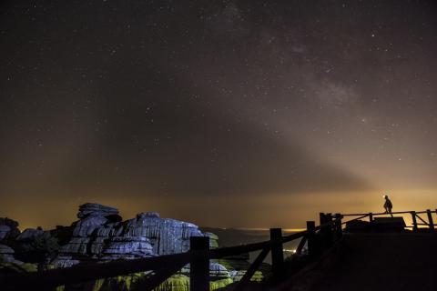 Cielo estrellado por la noche en el parque natural El Torcal, Antequera.