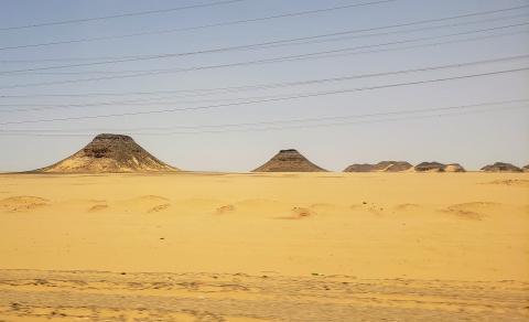 En el recorrido de Asuán a Abu Simbel por carretera se pueden observar las pirámides naturales de roca que emergen en medio del desierto del Sahara.