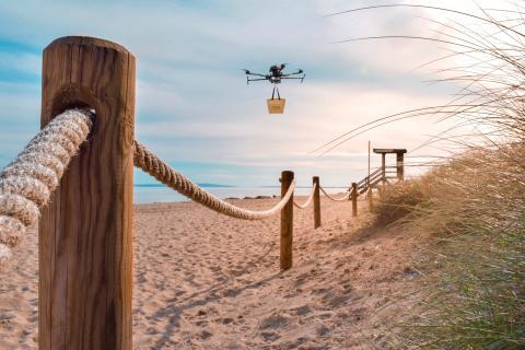 Uno de los drones durante el reparto.