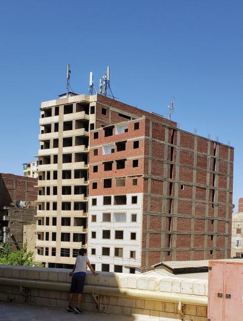 Dos edificios medios derruidos en El Cairo, una imagen muy habitual en la ciudad, debido a las miles de construcciones ilegales que se realizaron durante el gobierno de Hosni Mubarak.