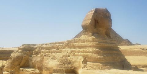 La imponente Esfinge junto a las Pirámides de Guiza en El Cairo