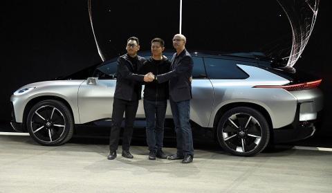 El equipo directivo inicial de Faraday Future incluía, de izquierda a derecha, al jefe de diseño Richard Kim, al fundador y consejero delegado de LeEco, Jia Yueting, y al jefe de investigación y desarrollo e ingeniería Nick Sampson.