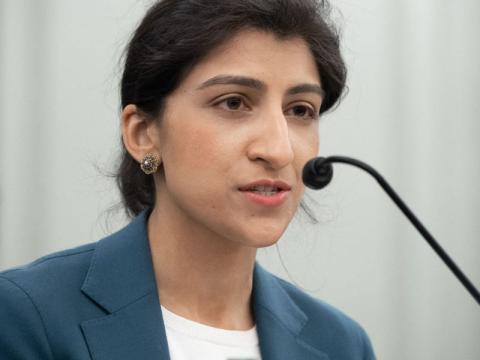 Lina Khan durante un encuentro en el Senado el pasado mes de abril.
