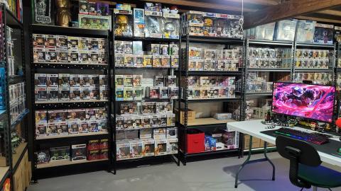 Rivera tiene estantes y estantes llenos de Funko Pops en su sótano.