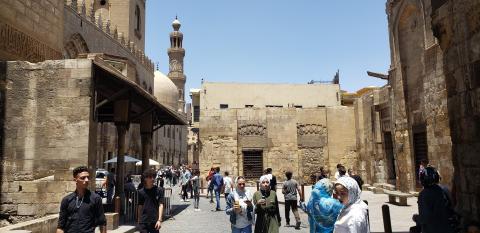 Transeúntes en el barrio cristiano de El Cairo paseando sin mascarilla