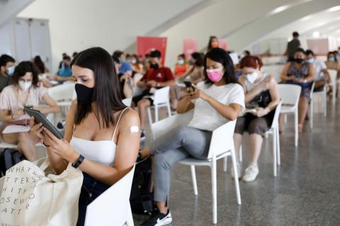 Gente esperando después de ponerse la vacuna del COVID-19.