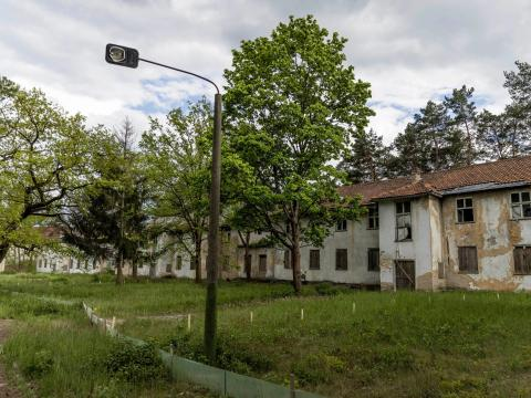 Estas son las casas abandonadas originales para atletas marcadas con los nombres de sus complejos de viviendas en la Villa Olímpica de Berlín de 1936, el 17 de mayo de 2021.