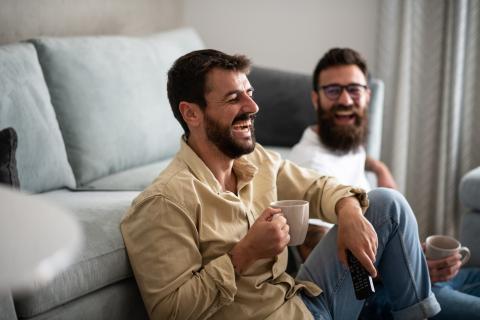 hombres tomando infusión , café