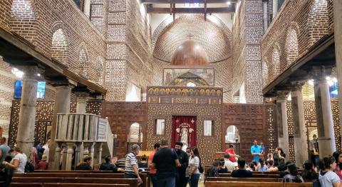 En el interior de una iglesia cristiana, en el barrio copto, se puede apreciar como apenas nadie lleva mascarilla.