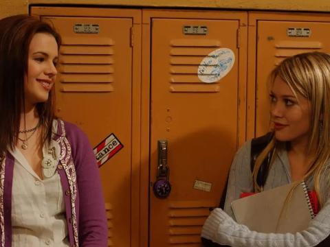 Amber Tamblyn y Hilary Duff como Joan y Dylan.