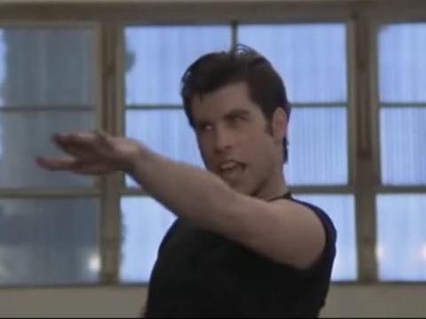 John Travolta interpretando 'Greased Lightnin''.