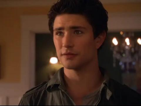 Matt Dallas como Kyle.