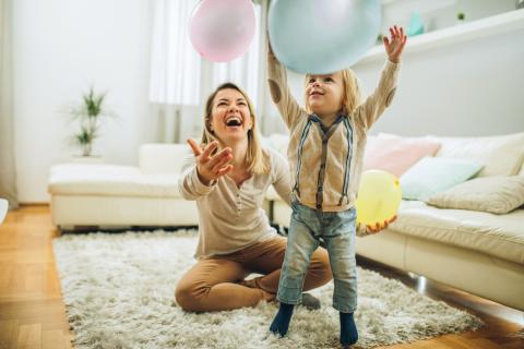 Madre e hija con un globo.