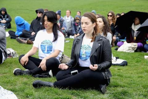 Un grupo de gente meditando.