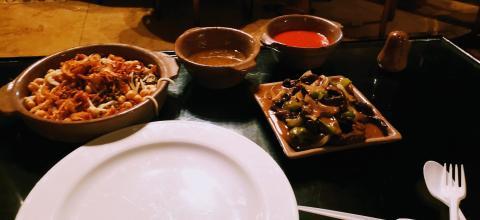 Mi cena egipcia en el restaurante Abú El Sid, en El Cairo: un plato de koshari (a la izquierda), unos riñones al estilo Alexandría y las salsas para acompañar los platos.