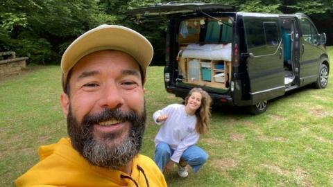 Mónica y Fernando con su nueva camper.