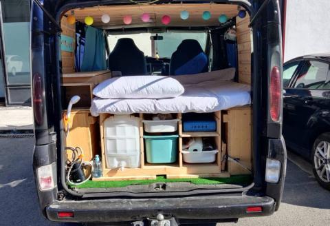 La furgoneta amueblada y lista para el viaje.