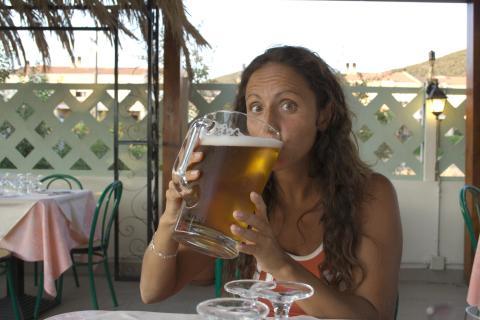 Mujer bebiendo una gran jarra de cerveza