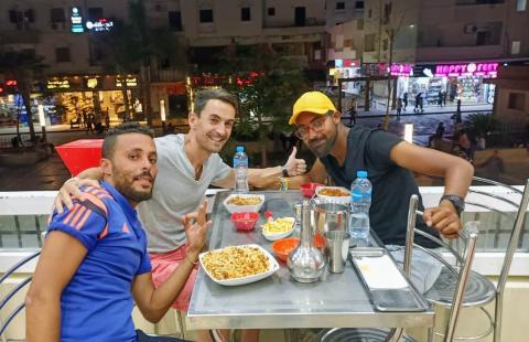 El autor de este artículo junto a Mohamed (izquierda) y Nasser (derecha), cenando un delicioso koshari en un restaurante local en Hurghada, junto al Mar Rojo