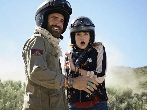 Joshua Sasse y Tori Anderson como Xavier y Evie.