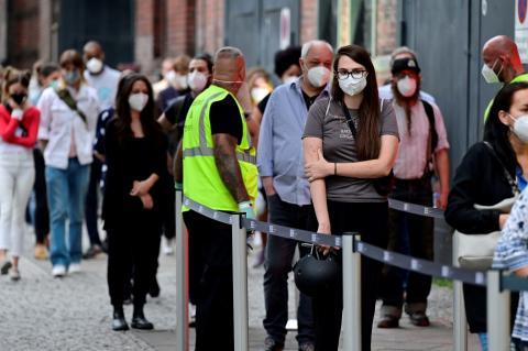Personas esperando la vacuna contra el COVID-19.