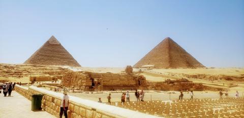 Las impresionantes Pirámides de Guiza, con la Esfinge en primer plano, sin apenas turistas desde que empezó la pandemia.
