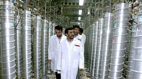 El entonces presidente iraní, Mahmud Ahmadineyad, visita la planta de uranio en la que se detectó el ataque.