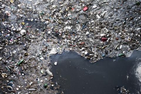 El mercurio, productos químicos industriales, productos farmacéuticos, microplásticos y más sustancias perjudiciales para la salud contaminan mares y océanos.