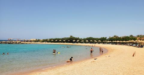 Una de las innumerables playas de aguas cálidas, limpias y tranquilas en el Mar Rojo.